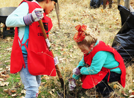 Bellevue Elementary students cleaning up Howard Reserve