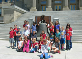 4th Grade students pose infront of the Boise state capital
